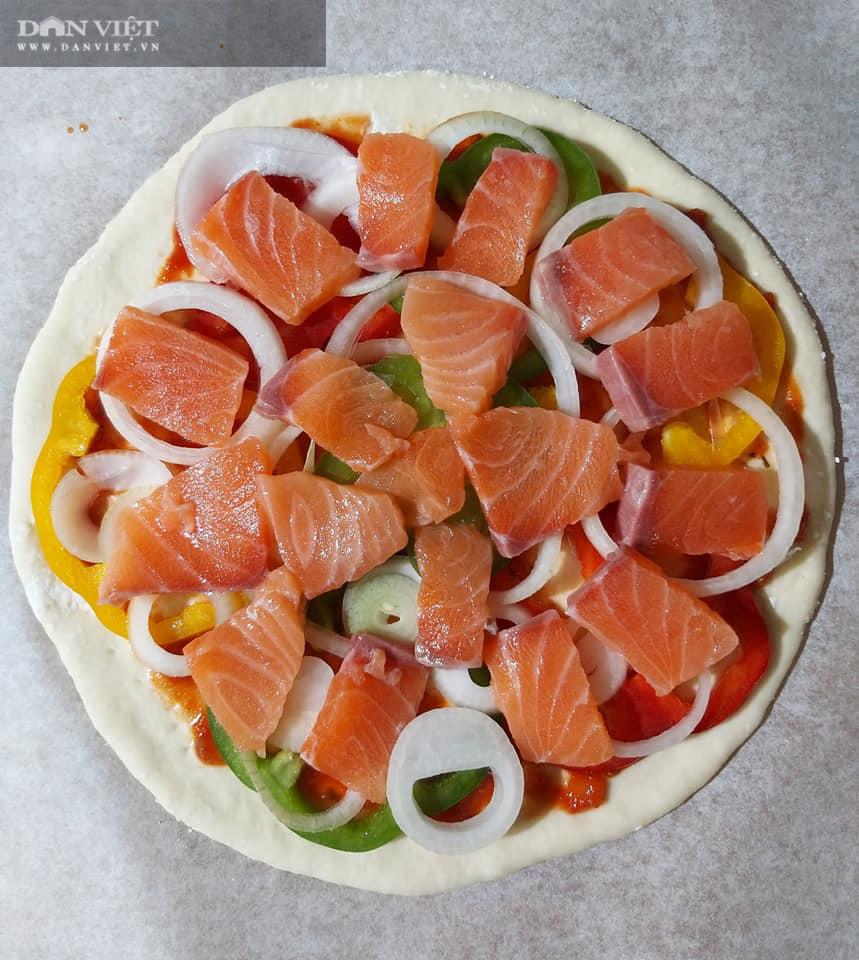Cách làm bánh pizza cá hồi xúc xích thịt xông khói-9
