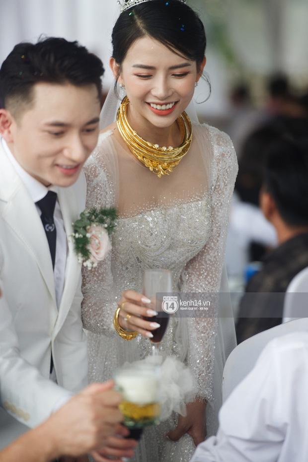 Đám cưới Phan Mạnh Quỳnh tại Nghệ An: Cô dâu đeo vàng siêu nhiều và tình tứ bên chú rể gây sốt, tiệc cưới khủng náo loạn cả làng quê!-5