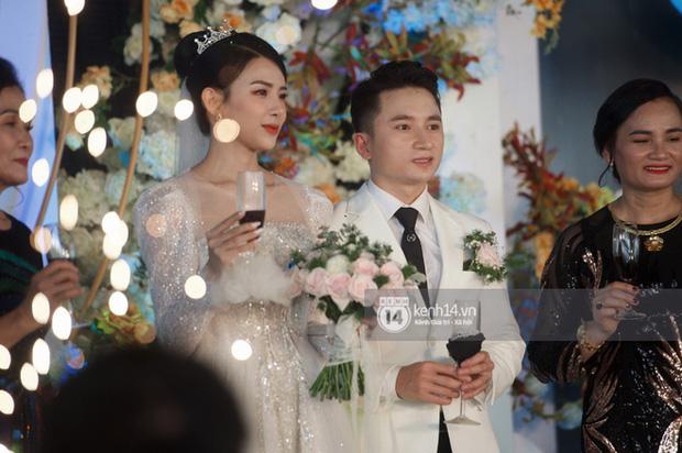 Đám cưới Phan Mạnh Quỳnh tại Nghệ An: Cô dâu đeo vàng siêu nhiều và tình tứ bên chú rể gây sốt, tiệc cưới khủng náo loạn cả làng quê!-6