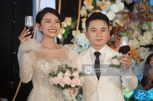 Đám cưới Phan Mạnh Quỳnh tại Nghệ An: Cô dâu đeo vàng siêu nhiều và tình tứ bên chú rể gây sốt, tiệc cưới khủng náo loạn cả làng quê!-8
