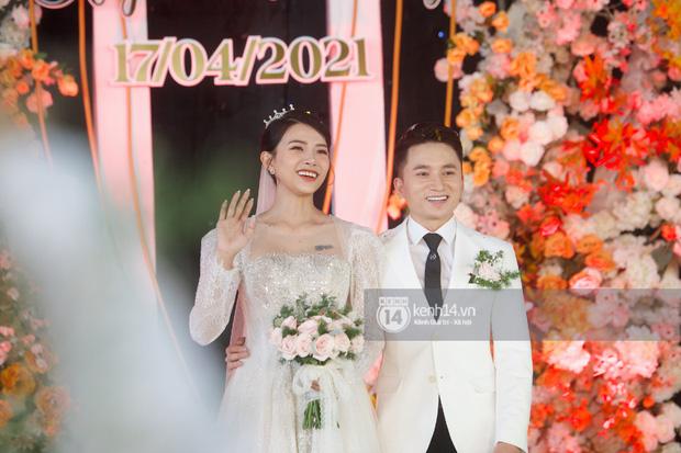 Đám cưới Phan Mạnh Quỳnh tại Nghệ An: Cô dâu đeo vàng siêu nhiều và tình tứ bên chú rể gây sốt, tiệc cưới khủng náo loạn cả làng quê!-14