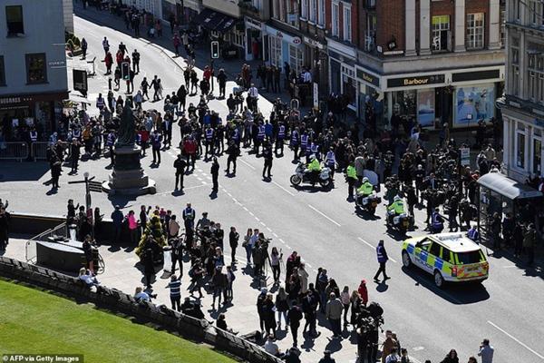 Các thành viên Hoàng gia Anh lần lượt xuất hiện, di chuyển đến nơi tổ chức tang lễ của Hoàng tế Philip-11