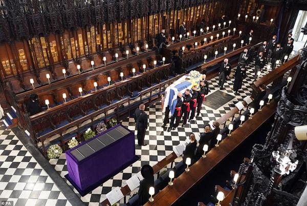 Nữ hoàng Anh rơi nước mắt, ngồi một mình trong tang lễ tiễn người bạn đời 73 năm về nơi an nghỉ cuối cùng-7