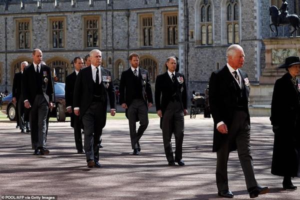 Hoàng tử William và Harry lần đầu xuất hiện cùng nhau tại tang lễ Hoàng tế Philip, chủ động trò chuyện khiến người hâm mộ vui mừng-1