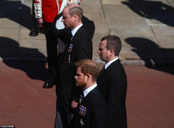 Hoàng tử William và Harry lần đầu xuất hiện cùng nhau tại tang lễ Hoàng tế Philip, chủ động trò chuyện khiến người hâm mộ vui mừng-2