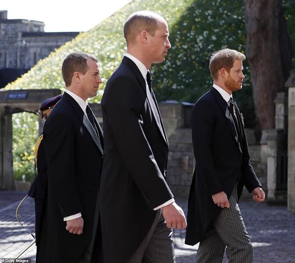Hoàng tử William và Harry lần đầu xuất hiện cùng nhau tại tang lễ Hoàng tế Philip, chủ động trò chuyện khiến người hâm mộ vui mừng-4