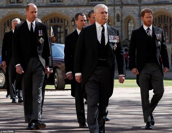 Hoàng tử William và Harry lần đầu xuất hiện cùng nhau tại tang lễ Hoàng tế Philip, chủ động trò chuyện khiến người hâm mộ vui mừng-5