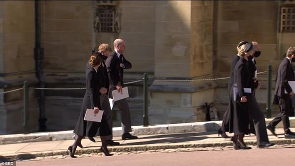 Hoàng tử William và Harry lần đầu xuất hiện cùng nhau tại tang lễ Hoàng tế Philip, chủ động trò chuyện khiến người hâm mộ vui mừng-6