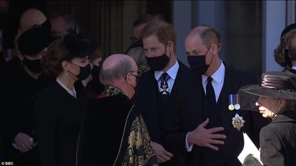 Hoàng tử William và Harry lần đầu xuất hiện cùng nhau tại tang lễ Hoàng tế Philip, chủ động trò chuyện khiến người hâm mộ vui mừng-7