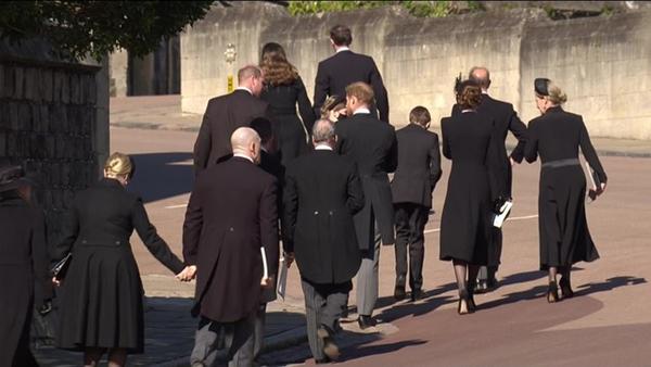 Hoàng tử William và Harry lần đầu xuất hiện cùng nhau tại tang lễ Hoàng tế Philip, chủ động trò chuyện khiến người hâm mộ vui mừng-8