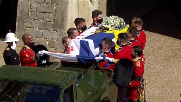 Toàn cảnh lễ tang Hoàng tế Philip: Nữ hoàng Anh cô độc nhiều lần rơi nước mắt, Thái tử Charles bật khóc đưa tang cha, hàng trăm người dân tiếc thương-1