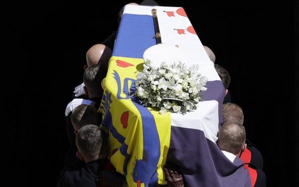 Toàn cảnh lễ tang Hoàng tế Philip: Nữ hoàng Anh cô độc nhiều lần rơi nước mắt, Thái tử Charles bật khóc đưa tang cha, hàng trăm người dân tiếc thương-3