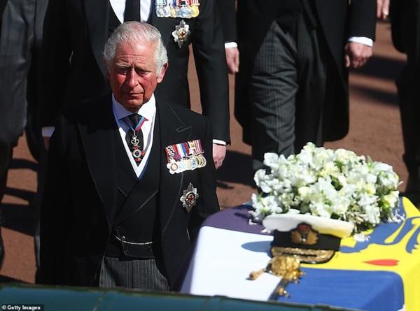 Toàn cảnh lễ tang Hoàng tế Philip: Nữ hoàng Anh cô độc nhiều lần rơi nước mắt, Thái tử Charles bật khóc đưa tang cha, hàng trăm người dân tiếc thương-4