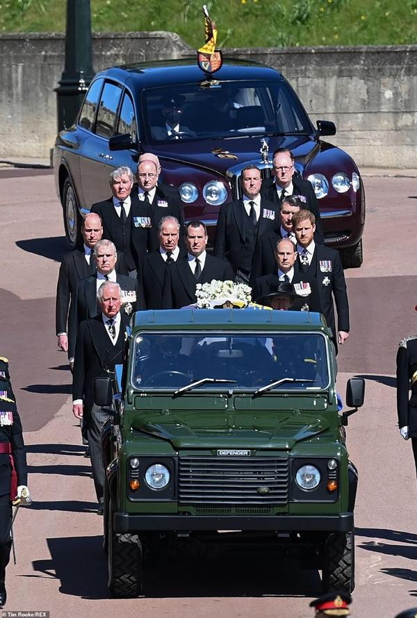 Toàn cảnh lễ tang Hoàng tế Philip: Nữ hoàng Anh cô độc nhiều lần rơi nước mắt, Thái tử Charles bật khóc đưa tang cha, hàng trăm người dân tiếc thương-5
