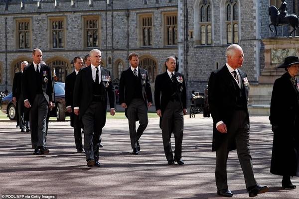 Toàn cảnh lễ tang Hoàng tế Philip: Nữ hoàng Anh cô độc nhiều lần rơi nước mắt, Thái tử Charles bật khóc đưa tang cha, hàng trăm người dân tiếc thương-6