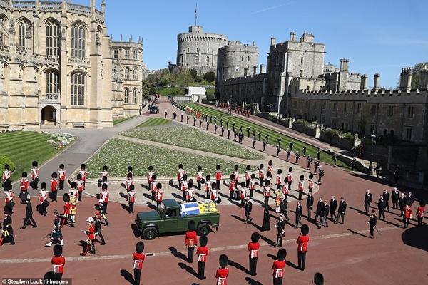 Toàn cảnh lễ tang Hoàng tế Philip: Nữ hoàng Anh cô độc nhiều lần rơi nước mắt, Thái tử Charles bật khóc đưa tang cha, hàng trăm người dân tiếc thương-8