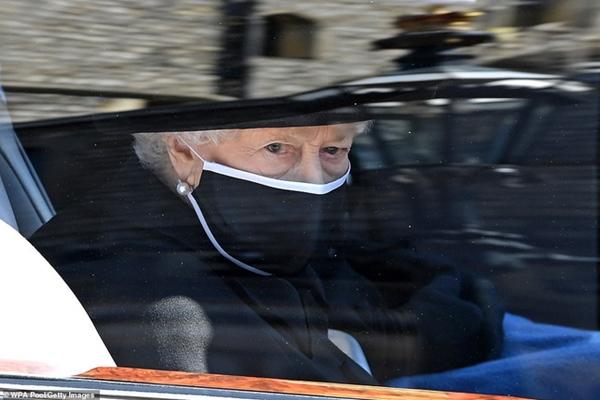 Toàn cảnh lễ tang Hoàng tế Philip: Nữ hoàng Anh cô độc nhiều lần rơi nước mắt, Thái tử Charles bật khóc đưa tang cha, hàng trăm người dân tiếc thương-9