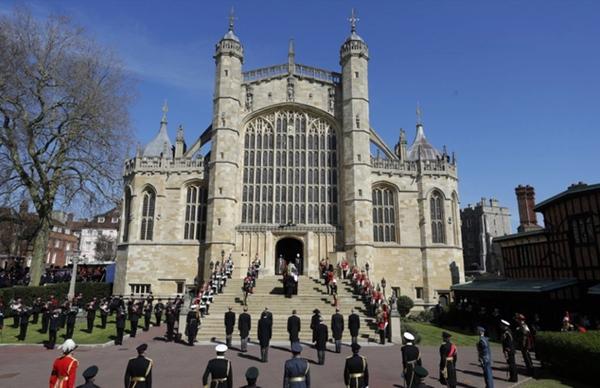 Toàn cảnh lễ tang Hoàng tế Philip: Nữ hoàng Anh cô độc nhiều lần rơi nước mắt, Thái tử Charles bật khóc đưa tang cha, hàng trăm người dân tiếc thương-10