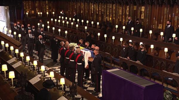 Toàn cảnh lễ tang Hoàng tế Philip: Nữ hoàng Anh cô độc nhiều lần rơi nước mắt, Thái tử Charles bật khóc đưa tang cha, hàng trăm người dân tiếc thương-11