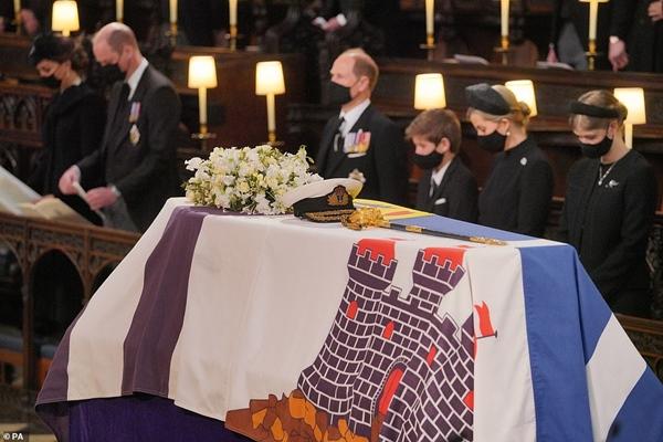 Toàn cảnh lễ tang Hoàng tế Philip: Nữ hoàng Anh cô độc nhiều lần rơi nước mắt, Thái tử Charles bật khóc đưa tang cha, hàng trăm người dân tiếc thương-12