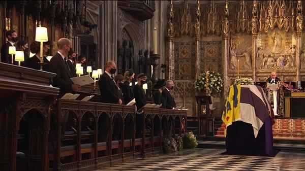 Toàn cảnh lễ tang Hoàng tế Philip: Nữ hoàng Anh cô độc nhiều lần rơi nước mắt, Thái tử Charles bật khóc đưa tang cha, hàng trăm người dân tiếc thương-13