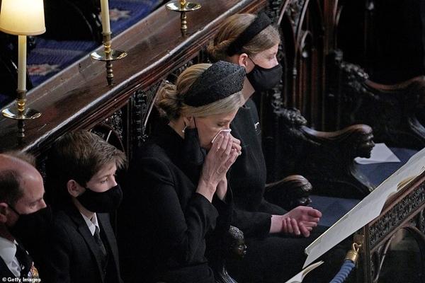 Toàn cảnh lễ tang Hoàng tế Philip: Nữ hoàng Anh cô độc nhiều lần rơi nước mắt, Thái tử Charles bật khóc đưa tang cha, hàng trăm người dân tiếc thương-14
