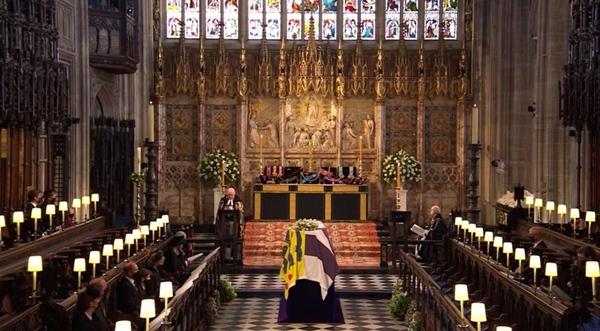 Toàn cảnh lễ tang Hoàng tế Philip: Nữ hoàng Anh cô độc nhiều lần rơi nước mắt, Thái tử Charles bật khóc đưa tang cha, hàng trăm người dân tiếc thương-15