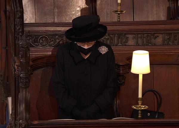 Toàn cảnh lễ tang Hoàng tế Philip: Nữ hoàng Anh cô độc nhiều lần rơi nước mắt, Thái tử Charles bật khóc đưa tang cha, hàng trăm người dân tiếc thương-17