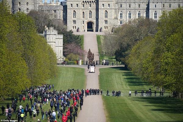 Toàn cảnh lễ tang Hoàng tế Philip: Nữ hoàng Anh cô độc nhiều lần rơi nước mắt, Thái tử Charles bật khóc đưa tang cha, hàng trăm người dân tiếc thương-18