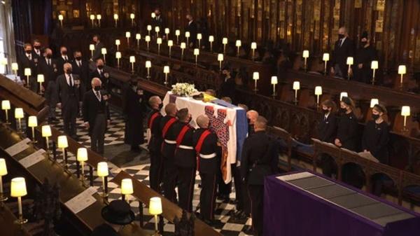 Meghan ở nhà theo dõi tang lễ, không quên gửi một vòng hoa đầy ý nghĩa cho Hoàng tế Philip, đặc biệt còn kèm theo bức thư viết tay-2