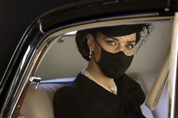 Xem trang phục của Kate Middleton trong tang lễ Hoàng tế Philip, để thấy cô được lòng Nữ hoàng Anh như thế nào-1