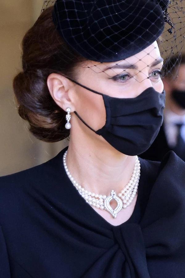Xem trang phục của Kate Middleton trong tang lễ Hoàng tế Philip, để thấy cô được lòng Nữ hoàng Anh như thế nào-4