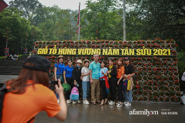 Ảnh: Hàng nghìn người đội mưa về dự lễ Giỗ Tổ Hùng Vương-1