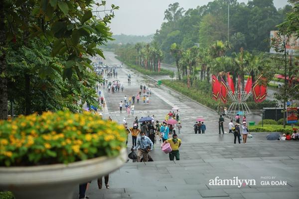 Ảnh: Hàng nghìn người đội mưa về dự lễ Giỗ Tổ Hùng Vương-2