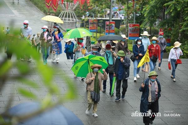 Ảnh: Hàng nghìn người đội mưa về dự lễ Giỗ Tổ Hùng Vương-3