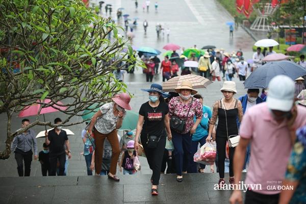 Ảnh: Hàng nghìn người đội mưa về dự lễ Giỗ Tổ Hùng Vương-4
