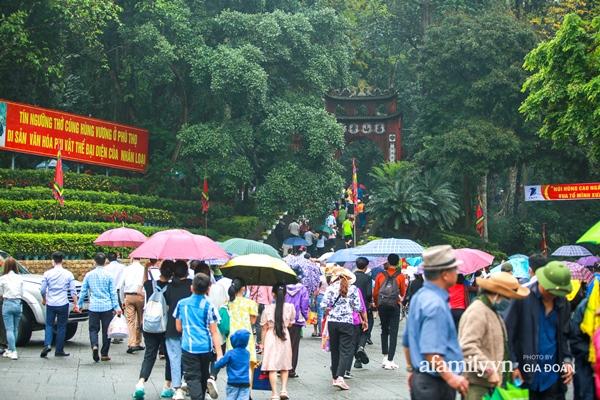 Ảnh: Hàng nghìn người đội mưa về dự lễ Giỗ Tổ Hùng Vương-5