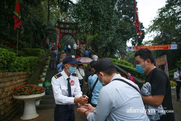 Ảnh: Hàng nghìn người đội mưa về dự lễ Giỗ Tổ Hùng Vương-6
