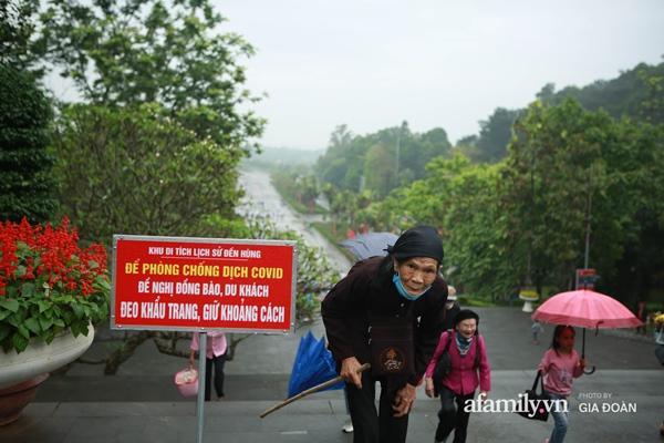 Ảnh: Hàng nghìn người đội mưa về dự lễ Giỗ Tổ Hùng Vương-7