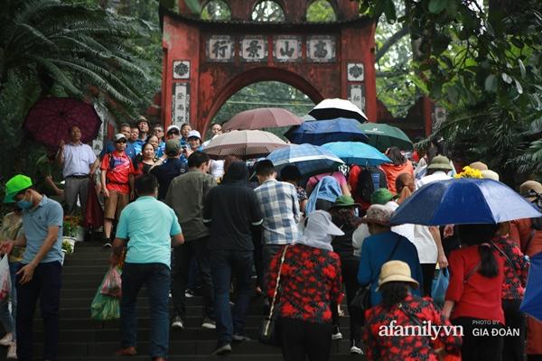 Ảnh: Hàng nghìn người đội mưa về dự lễ Giỗ Tổ Hùng Vương-9
