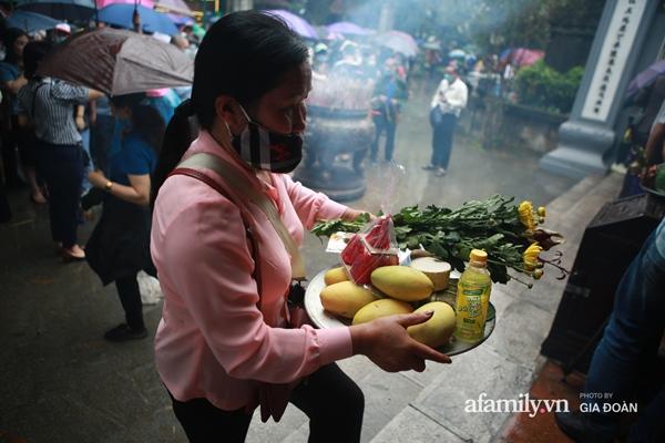 Ảnh: Hàng nghìn người đội mưa về dự lễ Giỗ Tổ Hùng Vương-12