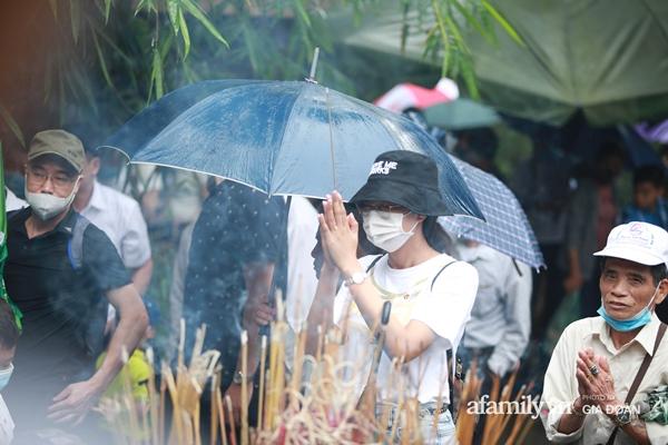 Ảnh: Hàng nghìn người đội mưa về dự lễ Giỗ Tổ Hùng Vương-13