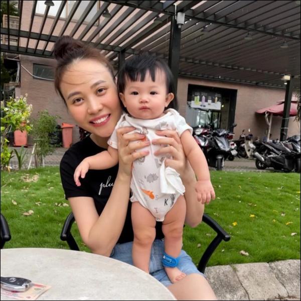 Lấy chồng đại gia, Đàm Thu Trang vẫn là bà mẹ đảm đang khi đích thân vào bếp làm ruốc cá hồi bổ dưỡngcho con gái-1