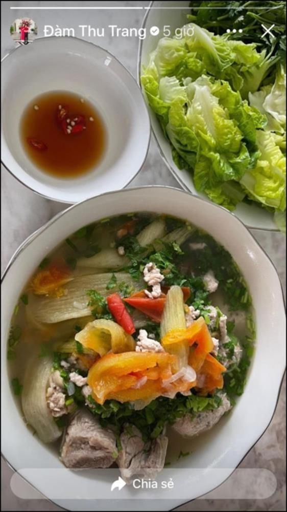 Lấy chồng đại gia, Đàm Thu Trang vẫn là bà mẹ đảm đang khi đích thân vào bếp làm ruốc cá hồi bổ dưỡngcho con gái-4