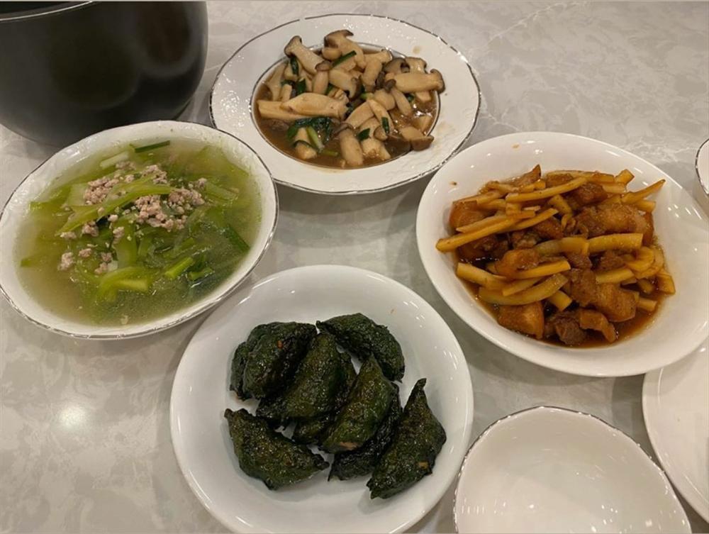 Lấy chồng đại gia, Đàm Thu Trang vẫn là bà mẹ đảm đang khi đích thân vào bếp làm ruốc cá hồi bổ dưỡngcho con gái-5