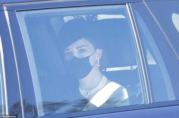 Ý nghĩa đầy tinh tế của chiếc vòng cổ ngọc trai Công nương Kate đeo trong tang lễ của Hoàng tế Philip-1