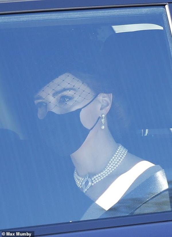 Ý nghĩa đầy tinh tế của chiếc vòng cổ ngọc trai Công nương Kate đeo trong tang lễ của Hoàng tế Philip-3