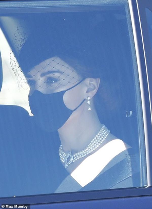 Ý nghĩa đầy tinh tế của chiếc vòng cổ ngọc trai Công nương Kate đeo trong tang lễ của Hoàng tế Philip-4