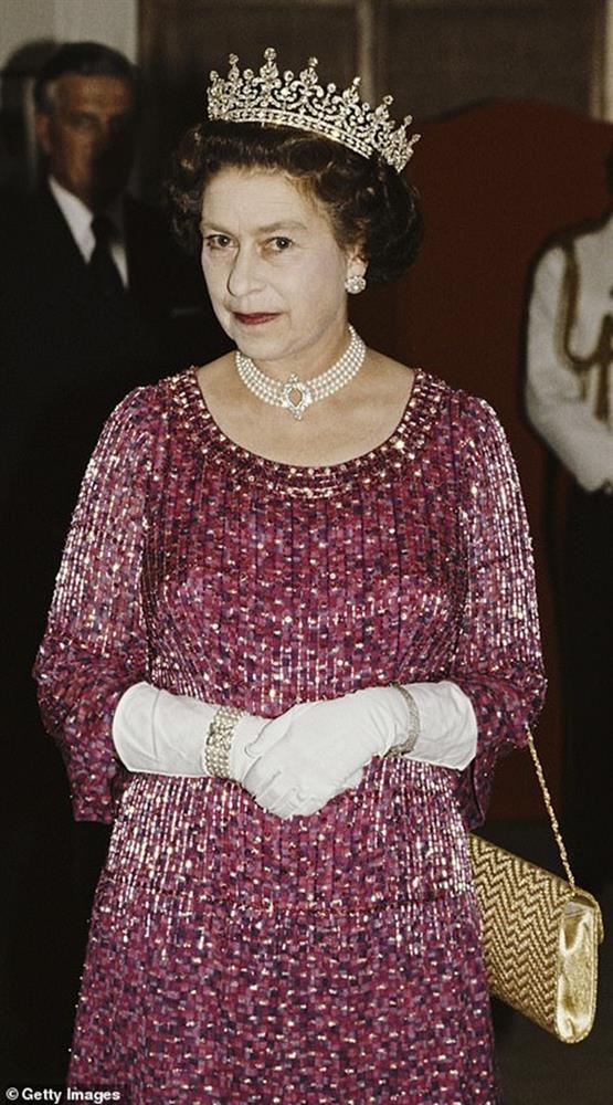 Ý nghĩa đầy tinh tế của chiếc vòng cổ ngọc trai Công nương Kate đeo trong tang lễ của Hoàng tế Philip-5