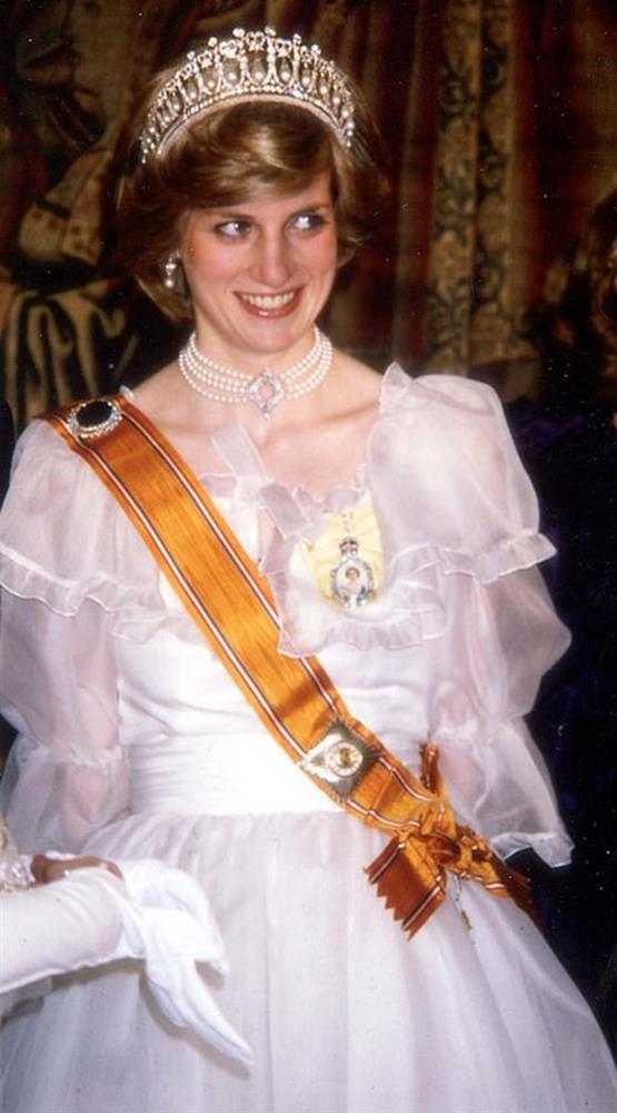 Ý nghĩa đầy tinh tế của chiếc vòng cổ ngọc trai Công nương Kate đeo trong tang lễ của Hoàng tế Philip-6